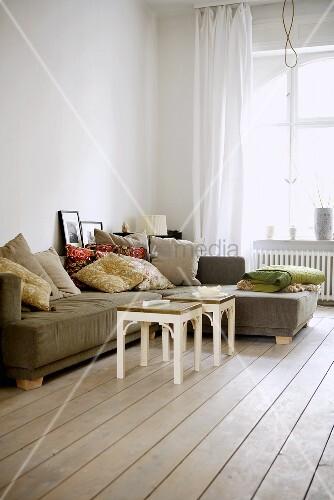 Sofa mit kissen im altbau wohnzimmer mit dielenboden - Altbau wohnzimmer ...