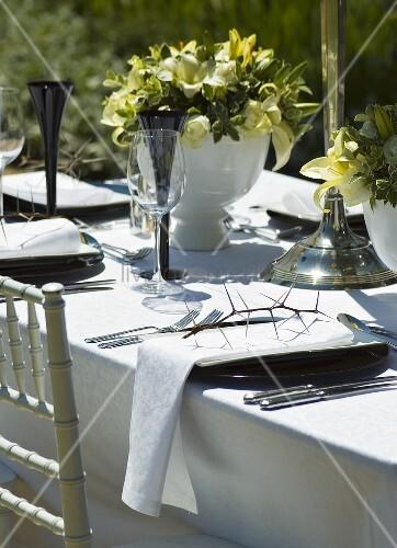festlich gedeckter tisch mit dornenzweig bild kaufen living4media. Black Bedroom Furniture Sets. Home Design Ideas