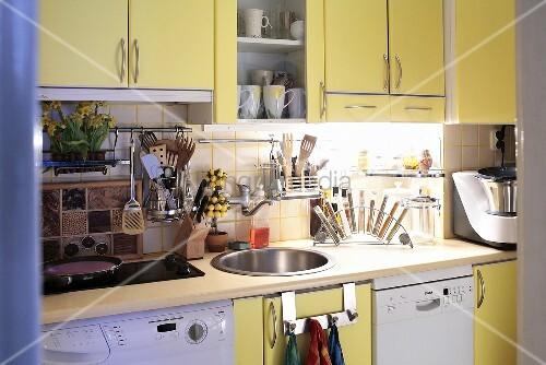 moderne k che mit gelben einbauschr nken waschmaschine und sp lmaschine bild kaufen. Black Bedroom Furniture Sets. Home Design Ideas