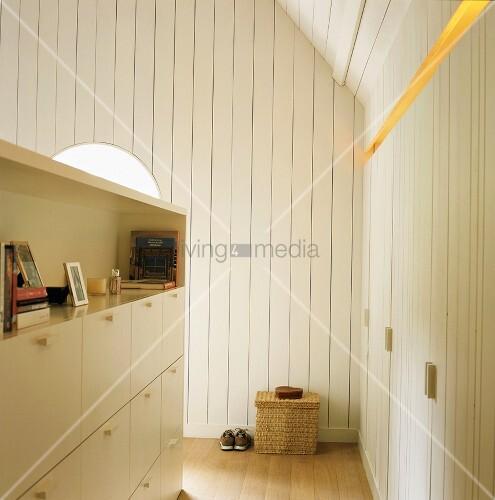 ausgebautes dachgeschoss mit wei er holzverkleidung und halbhoher schrank als trennwand. Black Bedroom Furniture Sets. Home Design Ideas