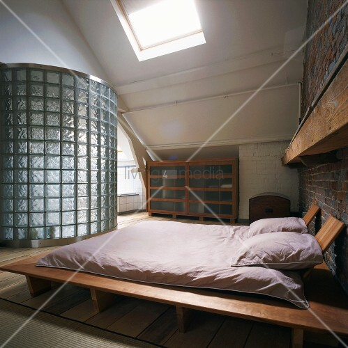 dachloft mit futon doppelbett und bad ensuite hinter gebogener wand aus glasbausteinen bild. Black Bedroom Furniture Sets. Home Design Ideas