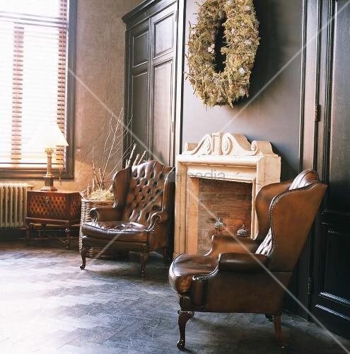 zwei antike englische ohrensessel vor dem traditionellen kamin bild kaufen living4media. Black Bedroom Furniture Sets. Home Design Ideas