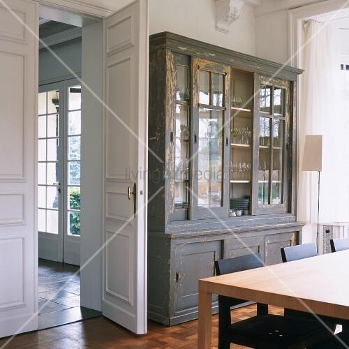Esszimmer mit vintage vitrinenschrank und gro em esstisch bild kaufen living4media - Esszimmer vintage ...