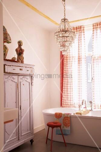 badezimmer mit vintage schrank kristallleuchter und freistehender badewanne bild kaufen. Black Bedroom Furniture Sets. Home Design Ideas