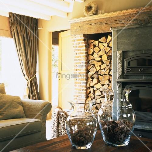 rustikales wohnzimmer mit aufgestapeltem brennholz und. Black Bedroom Furniture Sets. Home Design Ideas