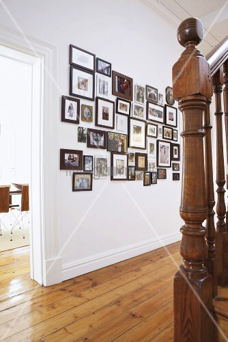 weisser flur mit gro er bildersammlung an der wand und treppenaufgang bild kaufen living4media. Black Bedroom Furniture Sets. Home Design Ideas