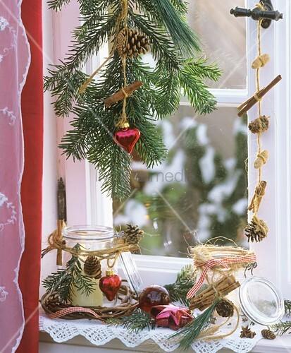 weihnachtlich dekoriertes fenster mit zimtstangen bild. Black Bedroom Furniture Sets. Home Design Ideas