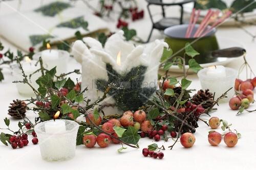 winterliche tischdeko mit kerzen und filz bild kaufen living4media. Black Bedroom Furniture Sets. Home Design Ideas