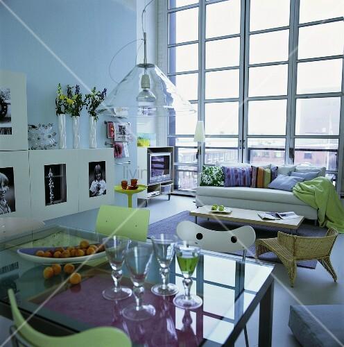 esstisch im wohnzimmer mit blick nach draussen bild kaufen living4media. Black Bedroom Furniture Sets. Home Design Ideas