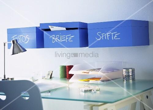 schreibtisch mit holzkisten ablage bild kaufen. Black Bedroom Furniture Sets. Home Design Ideas