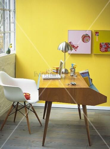 renovierter schreibtisch in modernem b ro zu hause bild kaufen living4media. Black Bedroom Furniture Sets. Home Design Ideas