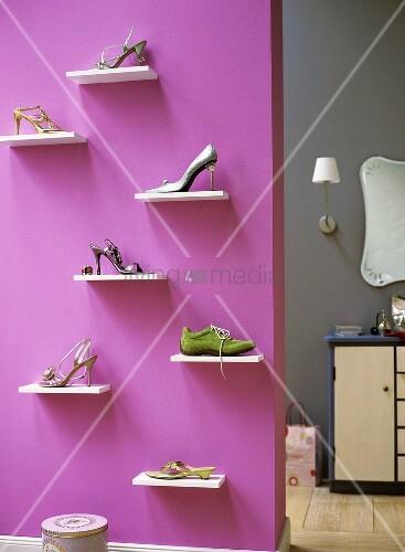 verschiedene schuhe auf einem wandregal in der garderobe bild kaufen living4media. Black Bedroom Furniture Sets. Home Design Ideas
