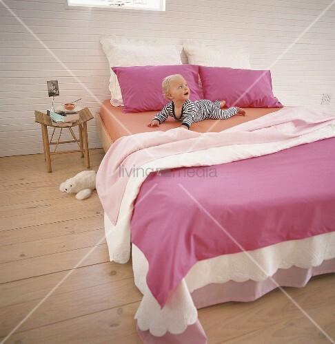 kleinkind auf bett bild kaufen living4media. Black Bedroom Furniture Sets. Home Design Ideas