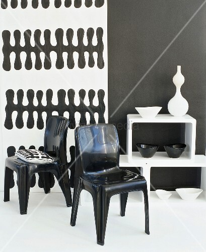 schwarze plastikst hle vor schwarz weisser tapete bild. Black Bedroom Furniture Sets. Home Design Ideas