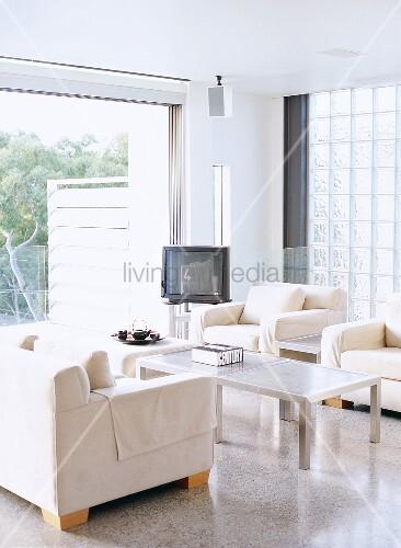 sofagarnitur und alter fernseher vor glasstein fenster bild kaufen living4media. Black Bedroom Furniture Sets. Home Design Ideas
