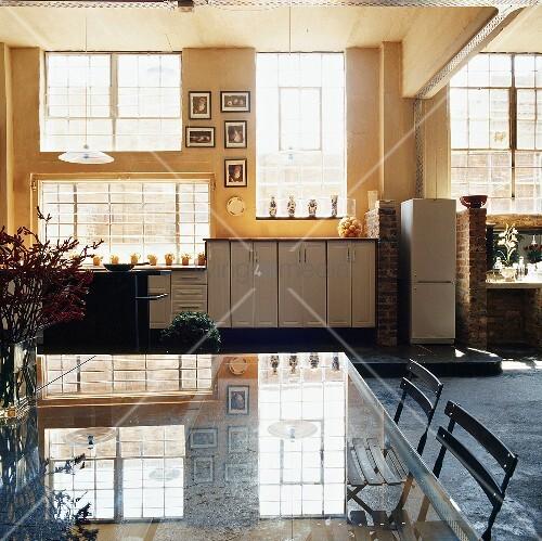 Quadratischer Eßtisch ~ Quadratischer Esstisch im renouvierten Lagerhaus – Bild kaufen – living4media