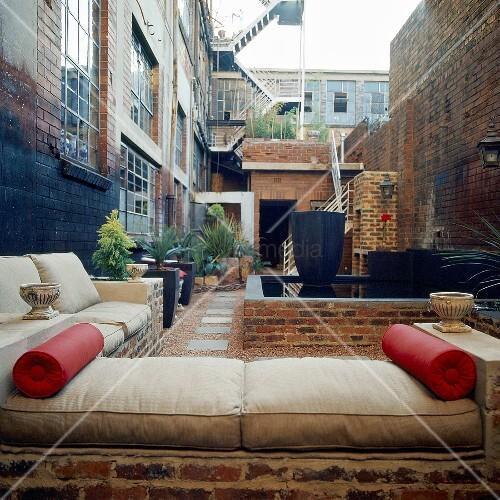 Eine gemauerte sitzecke im freien bild kaufen living4media for Innendesigner schweiz
