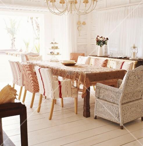 holztisch umgeben von sesselst hlen im hellen esszimmer bild kaufen living4media. Black Bedroom Furniture Sets. Home Design Ideas