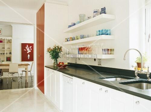 wei e k che mit schwarzer arbeitsfl che und rotem. Black Bedroom Furniture Sets. Home Design Ideas