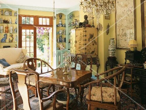 Ein überladenes Wohnzimmer mit verschiedenen Antikmöbeln und viel ...