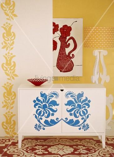 Ornamentale muster an wand teppich und kommode in verschiedenen farben bild kaufen living4media - Muster an wand ...