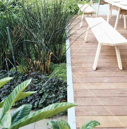 Terrasse mit holztisch holzb nken in gartenanlage bild kaufen living4media - Holztisch terrasse ...