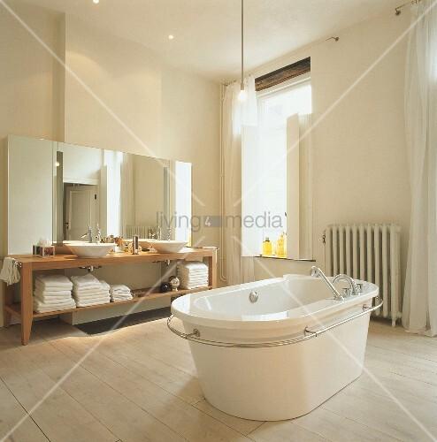 Badezimmer mit badewanne bild kaufen living4media for Badezimmer mit badewanne