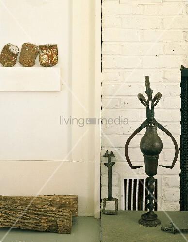 altes kaminzubeh r und holzscheite vor verputzte backsteinmauer bild kaufen living4media. Black Bedroom Furniture Sets. Home Design Ideas