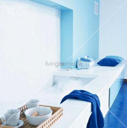 eine eingelassene badewanne im blauen badezimmer mit marineblaue handt cher bild kaufen. Black Bedroom Furniture Sets. Home Design Ideas