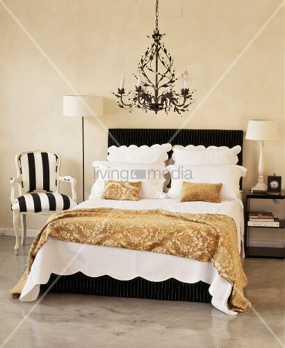 doppelbett unter schwarzen kronleuchter im eleganten. Black Bedroom Furniture Sets. Home Design Ideas