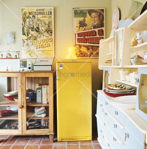 k che mit gelben k hlschrank bild kaufen living4media. Black Bedroom Furniture Sets. Home Design Ideas