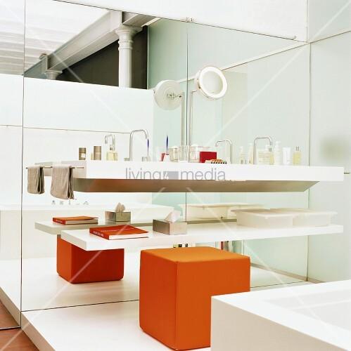 badezimmer mit waschbecken spiegelwand bild kaufen. Black Bedroom Furniture Sets. Home Design Ideas