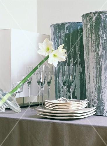 tellerstapel gl ser und blume in der vase bild kaufen living4media. Black Bedroom Furniture Sets. Home Design Ideas