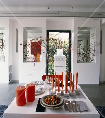 rote kerzen und rustikales geschirr als dekorationsobjekte. Black Bedroom Furniture Sets. Home Design Ideas