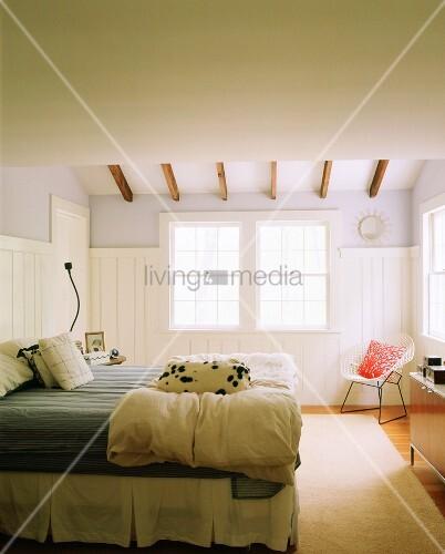 schlafzimmer mit schlafendem dalmatiner auf der bettdecke bild kaufen living4media. Black Bedroom Furniture Sets. Home Design Ideas
