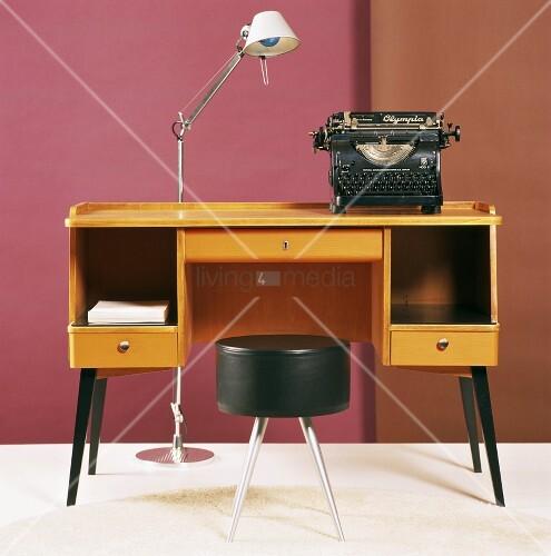 schreibtisch mit antiker schreibmaschine und lederhocker. Black Bedroom Furniture Sets. Home Design Ideas