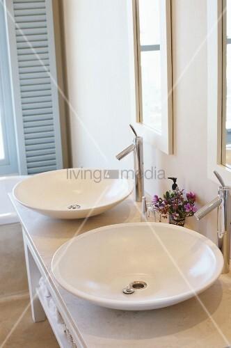zwei freistehende waschbecken in schalenform bild kaufen. Black Bedroom Furniture Sets. Home Design Ideas
