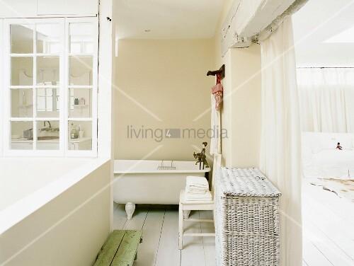 blick in ein badezimmer mit offener fensterfront in den innenhof und freistehender badewanne. Black Bedroom Furniture Sets. Home Design Ideas