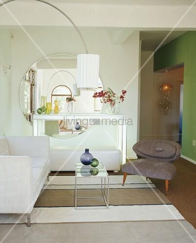 wohnzimmer mit wei er couch und bogenlampe vor gro en runden wandspiegel bild kaufen. Black Bedroom Furniture Sets. Home Design Ideas
