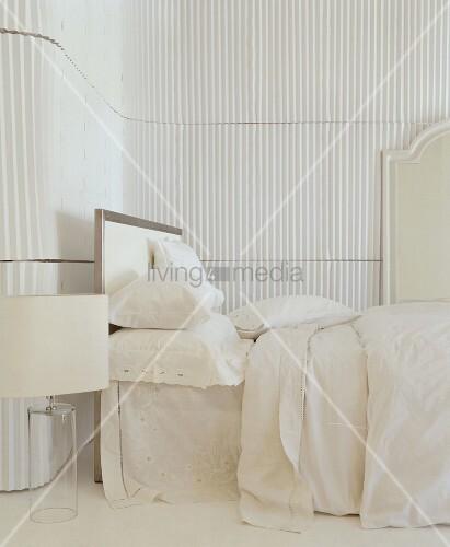 wei es schlafzimmer mit runden ecken und ungew hnlicher. Black Bedroom Furniture Sets. Home Design Ideas
