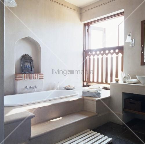 ein badezimmer im orientalischen stil mit stufenpodest vor der badewanne bild kaufen. Black Bedroom Furniture Sets. Home Design Ideas
