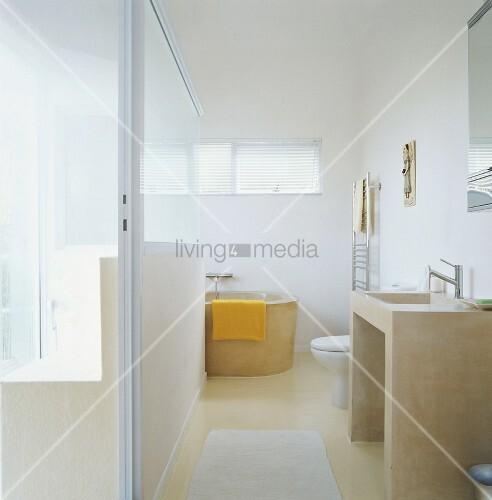 ein helles badezimmer mit glastrennwand und runder badewanne unter fenster bild kaufen. Black Bedroom Furniture Sets. Home Design Ideas