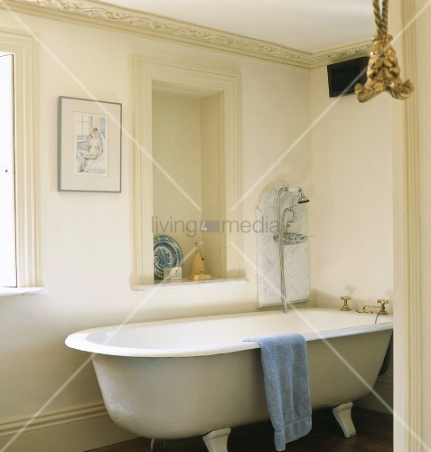 eine freistehende badewanne im badezimmer bild kaufen living4media. Black Bedroom Furniture Sets. Home Design Ideas