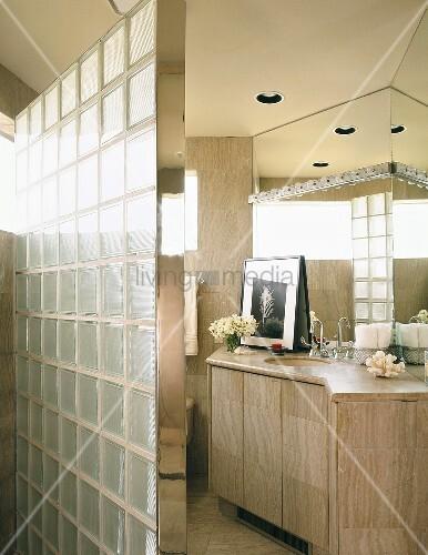 badezimmer mit steinfliesen und mit einer trennwand aus glasbausteinen bild kaufen living4media. Black Bedroom Furniture Sets. Home Design Ideas