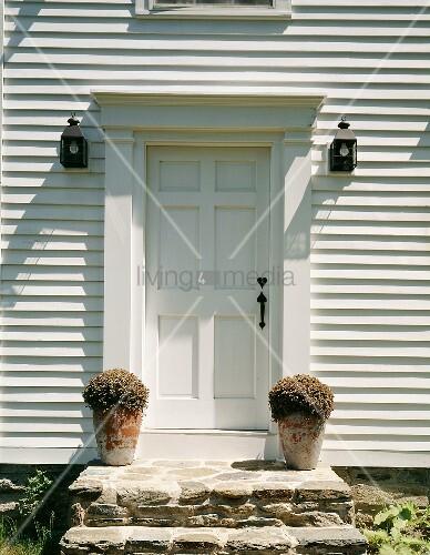 Hauseingang mit zur haust r f hrenden steinstufen und mit for Innendesigner schweiz