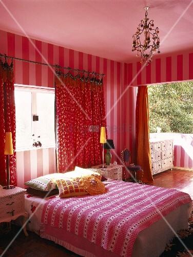 ein rotes schlafzimmer mit balkon bild kaufen living4media. Black Bedroom Furniture Sets. Home Design Ideas