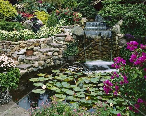 Garten mit gartenteich und wasserfall bild kaufen - Gartenteich mit wasserfall ...