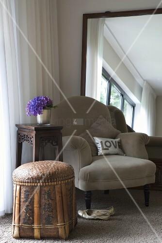 gem tlicher sessel vor gro em gerahmten wandspiegel in. Black Bedroom Furniture Sets. Home Design Ideas