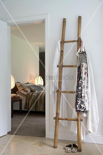 die garderobe aus einer alten t r bietet platz f r m ntel und pictures to pin on pinterest. Black Bedroom Furniture Sets. Home Design Ideas