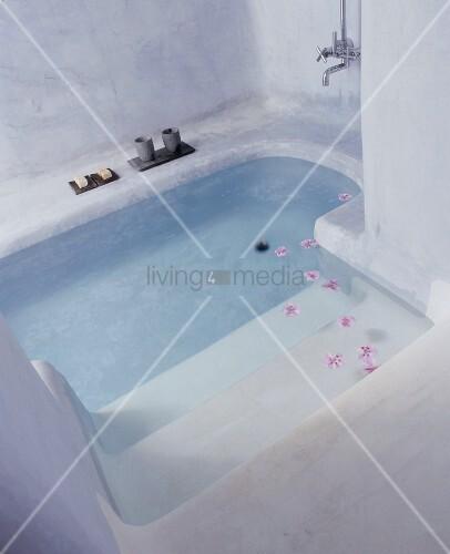 begehbare badewanne raum und m beldesign inspiration. Black Bedroom Furniture Sets. Home Design Ideas